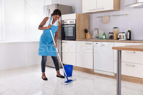 Huisvrouw schoonmaken vloer gelukkig afrikaanse vrouw Stockfoto © AndreyPopov