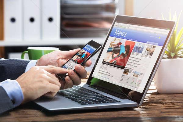 Stockfoto: Mobiele · telefoon · online · nieuws · scherm