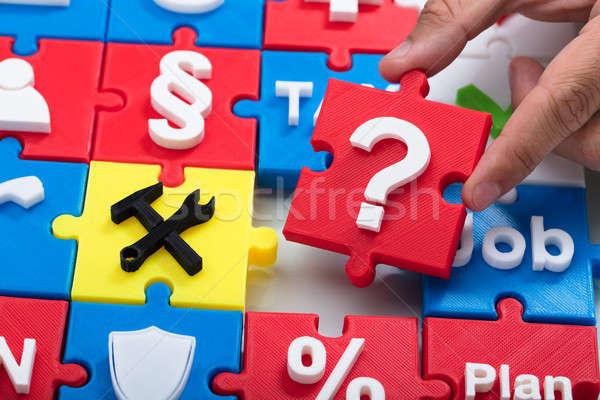 Foto stock: Mão · humana · ponto · de · interrogação · quebra-cabeça · peça
