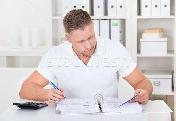 Imprenditore lavoro desk ufficio seduta iscritto Foto d'archivio © AndreyPopov