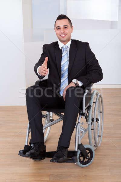 Foto stock: Empresario · silla · de · ruedas · ofrecimiento · apretón · de · manos · retrato