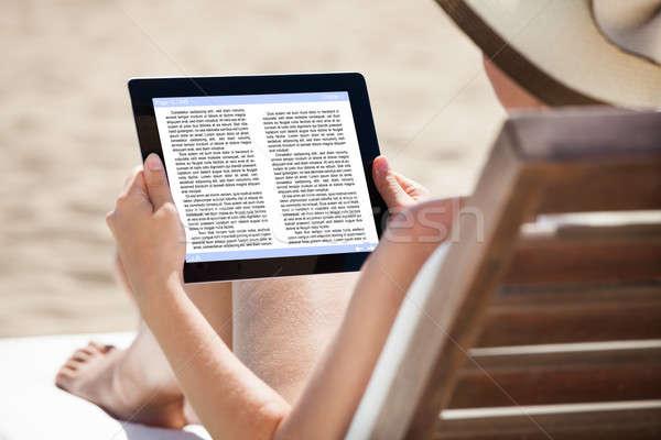 Mulher leitura ebook relaxante praia Foto stock © AndreyPopov