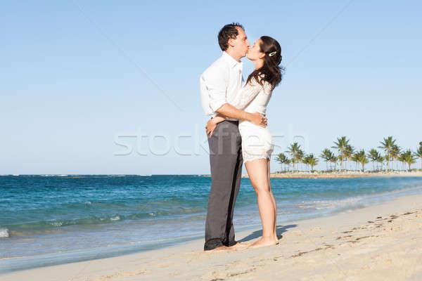 Afetuoso casal beijando praia vista lateral Foto stock © AndreyPopov