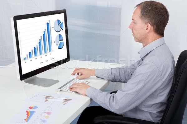 Işadamı grafik bilgisayar olgun ofis adam Stok fotoğraf © AndreyPopov