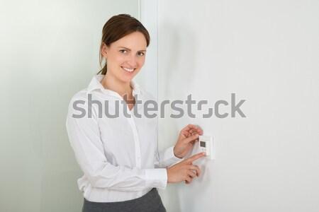 Empresária temperatura digital termóstato belo jovem Foto stock © AndreyPopov