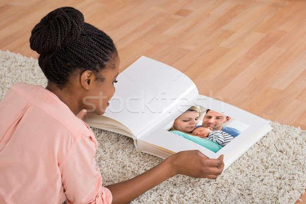Kadın bakıyor genç Afrika oturma odası Stok fotoğraf © AndreyPopov