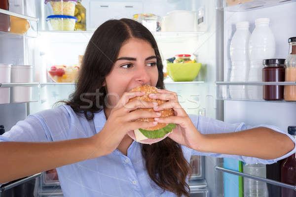 Felice donna mangiare burger ritratto giovani Foto d'archivio © AndreyPopov