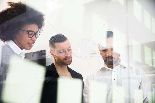 Grupo adhesivo notas vidrio pared Foto stock © AndreyPopov