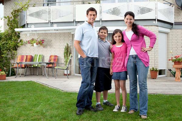 Photo stock: Jeunes · famille · permanent · maison · portrait · heureux