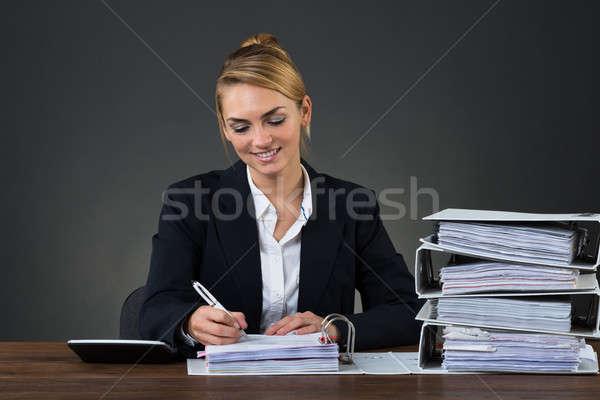 Imprenditrice iscritto documento desk ritratto sorridere Foto d'archivio © AndreyPopov