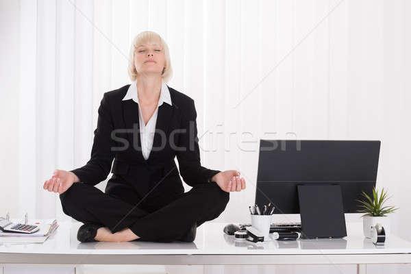 Gesch ftsfrau yoga b ro jungen schreibtisch for Schreibtisch yoga
