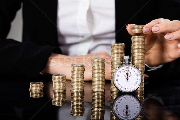 Ahorro dinero cronógrafo mujer de negocios monedas frente Foto stock © AndreyPopov