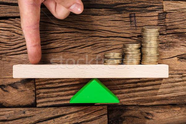 Dito bilanciamento monete altalena primo piano Foto d'archivio © AndreyPopov