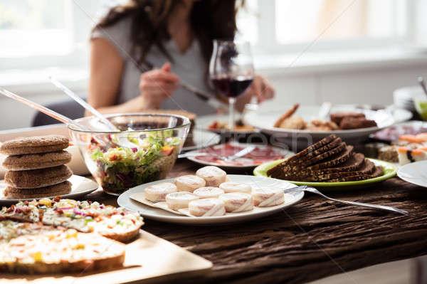Primo piano alimenti freschi tavolo in legno legno donne home Foto d'archivio © AndreyPopov