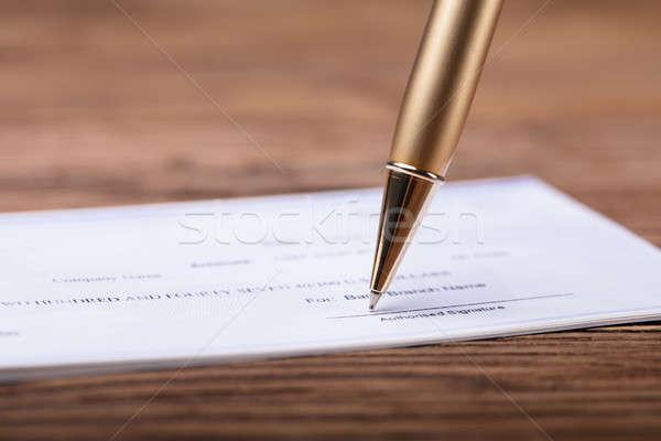 Közelkép toll aláírás csekk fából készült asztal Stock fotó © AndreyPopov