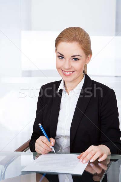 Empresária assinatura documento retrato jovem secretária Foto stock © AndreyPopov