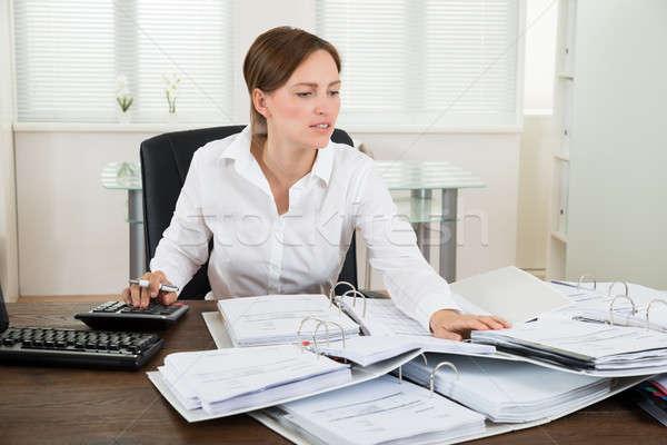 Imprenditrice finanziaria dati desk felice mutui Foto d'archivio © AndreyPopov