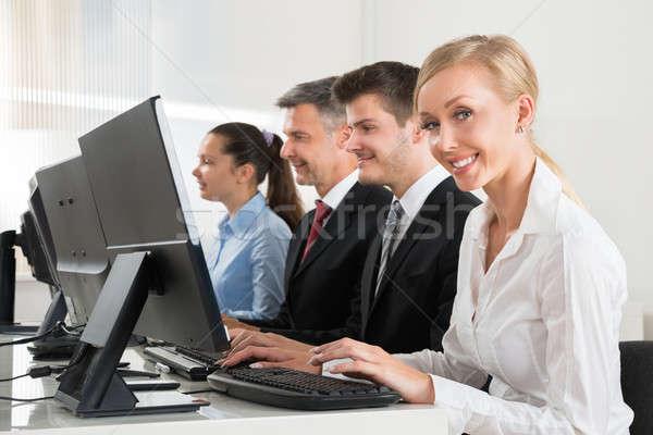 Photo stock: Gens · d'affaires · travail · ordinateurs · bureau · groupe · heureux