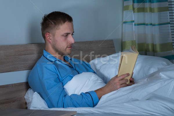 Homme lecture livre chambre jeune homme - Chambre jeune homme ...
