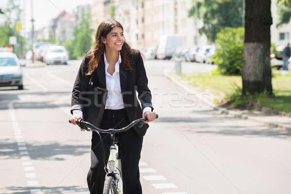 Zakenvrouw woon-werkverkeer fiets foto gelukkig jonge Stockfoto © AndreyPopov