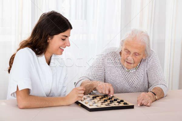 Dos mujeres jugando juego altos mujer jóvenes Foto stock © AndreyPopov