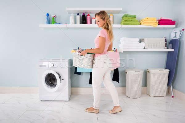 Femme panier vêtements utilitaire chambre jeunes Photo stock © AndreyPopov