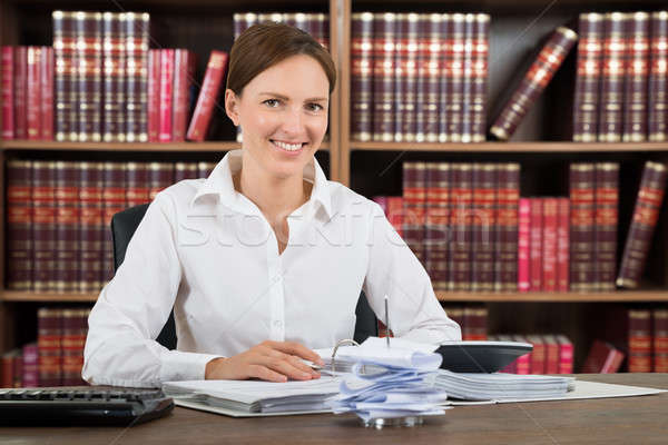 Glimlachend vrouwelijke boekhouder portret financiële berekening Stockfoto © AndreyPopov