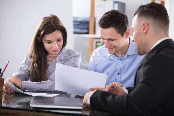 Tanácsadó megbeszél pár beszél megbeszélés iroda Stock fotó © AndreyPopov