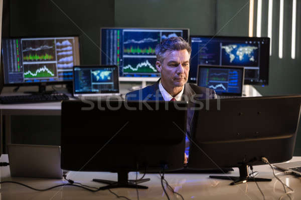 Photo stock: Bourse · courtier · regarder · multiple · écran · de · l'ordinateur · maturité