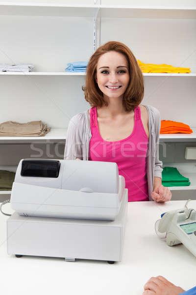 Młodych kobiet kasjer kasa szczęśliwy pieniężnych Zdjęcia stock © AndreyPopov