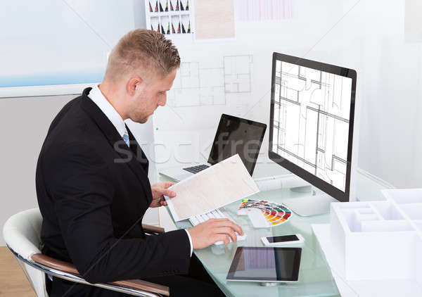 Biznesmen arkusz kalkulacyjny online dokumentu strony komputera Zdjęcia stock © AndreyPopov