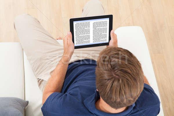 男 読む 電子ブック ホーム 表示 ストックフォト © AndreyPopov