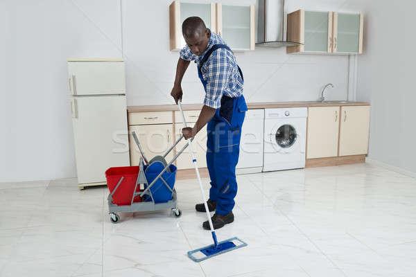 Foto d'archivio: Maschio · lavoratore · pulizia · piano · african · complessivo