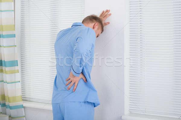 Zdjęcia stock: Młody · człowiek · cierpienie · powrót · ból · człowiek · stałego