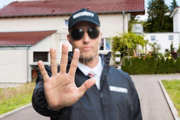 Sicherheitsbeamte stoppen Geste außerhalb Haus Stock foto © AndreyPopov