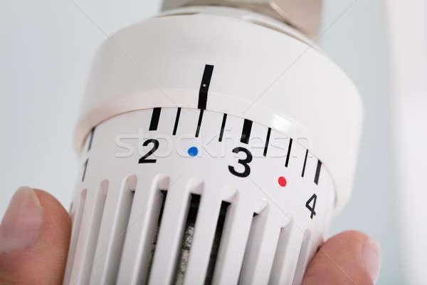 Personne thermostat radiateur vanne mains Photo stock © AndreyPopov