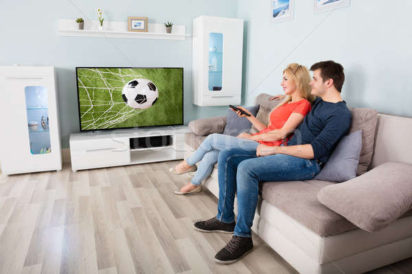 Foto stock: Pareja · viendo · partido · de · fútbol · televisión · disfrutar