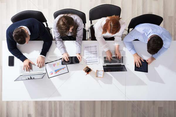 üzletemberek elektronikus eszközök asztal kilátás iroda Stock fotó © AndreyPopov