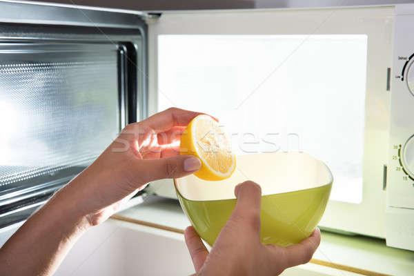 Menschlichen Hand geschnitten Zitrone Schüssel öffnen Mikrowelle Stock foto © AndreyPopov