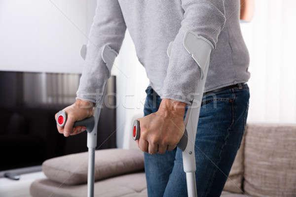 Homem perna quebrada muletas ver casa Foto stock © AndreyPopov