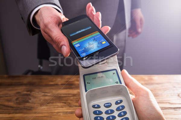 üzletember fizet okostelefon technológia közelkép kéz Stock fotó © AndreyPopov