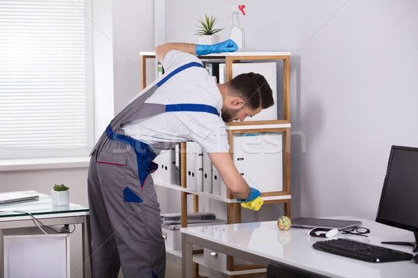 Férfi takarító takarítás polc munkahely közelkép Stock fotó © AndreyPopov