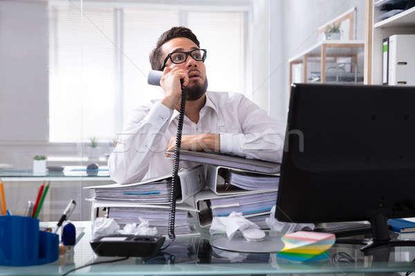 Overwerkt zakenman praten mappen bureau Stockfoto © AndreyPopov