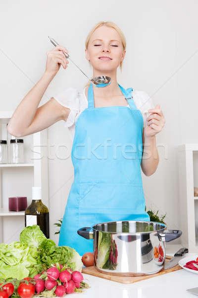 Wesoły młoda kobieta gotowania kuchnia kobieta dziewczyna Zdjęcia stock © AndreyPopov