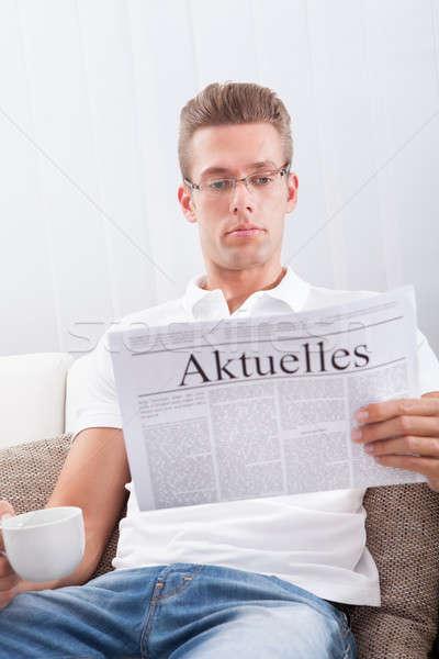 Moço leitura jornal homem manchete atual Foto stock © AndreyPopov