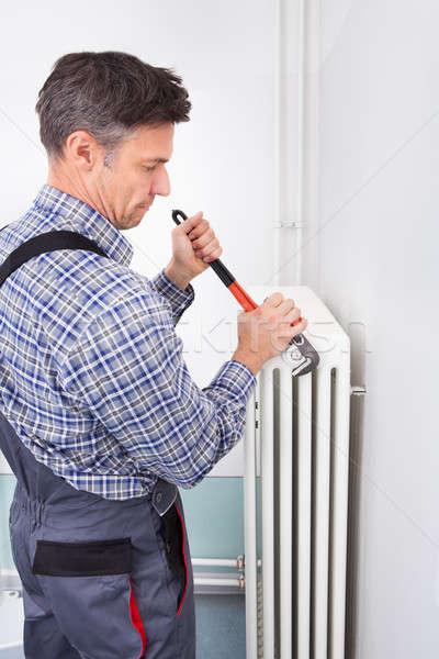 Vízvezetékszerelő megjavít radiátor portré férfi franciakulcs Stock fotó © AndreyPopov