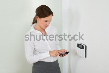 деловая женщина двери безопасности счастливым пультом экране Сток-фото © AndreyPopov