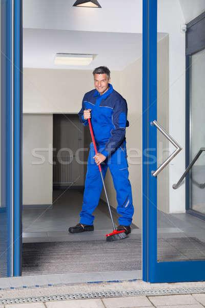 Maduro trabalhador vassoura limpeza piso Foto stock © AndreyPopov