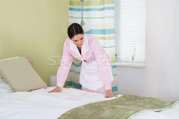 Feminino governanta cama jovem quarto casa Foto stock © AndreyPopov