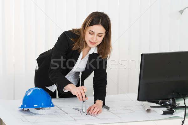 Vrouwelijke architect werken blauwdruk jonge gelukkig Stockfoto © AndreyPopov
